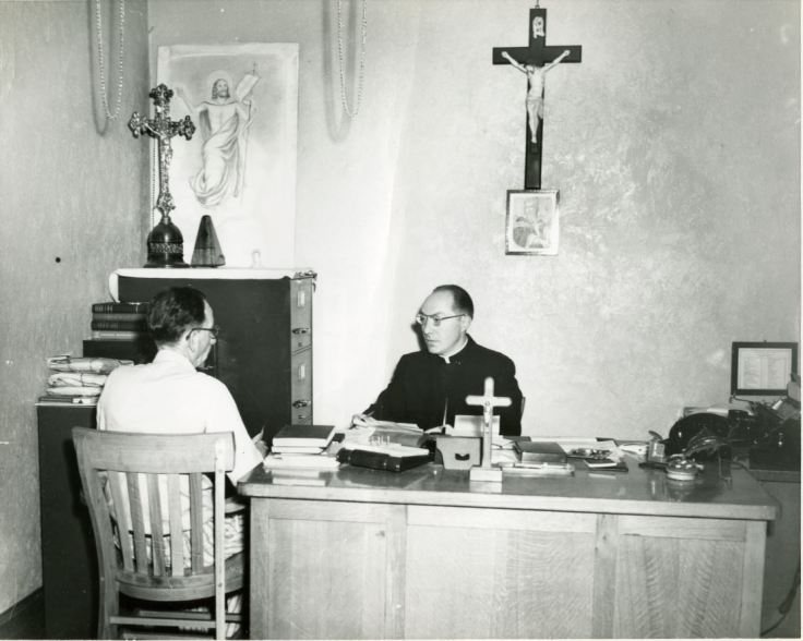 Chaplain with Inmate_ESP