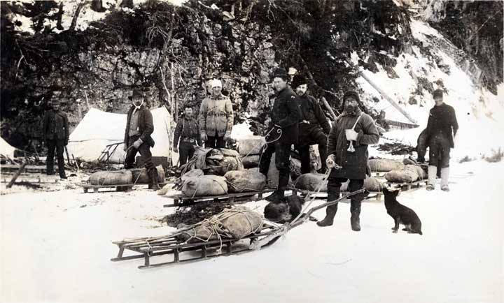 Gold_seekers_breaking_camp_near_Dyea_1898.jpg